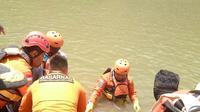 Petugas SAR mencari Galih yang menghilang di sungai Serayu. (foto: Liputan6.com / dok.Basarnas/edhie prayitno ige)