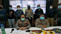 Polrestabes Bandung menggelar penangkapan barang bukti senjata api rakitan dari sejumlah orang yang diduga akan mengikuti  demo tolak PPKM di Kota Bandung, Jumat (23/7/2021). (Liputan6.com/Huyogo Simbolon)