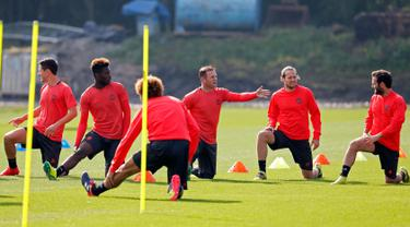 Sejumlah pemain MU berbincang saat melakukan latihan di Manchester United Training Ground, Inggris, (14/9). Manchester United akan bertanding pada laga perdana di Liga Europa melawan tim asal Belanda Feyenoord. (Reuters/Ed Sykes)
