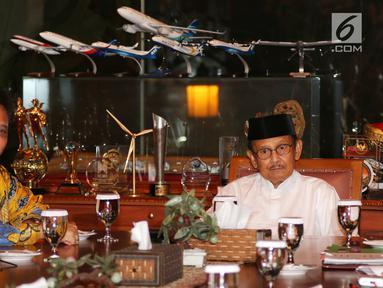 Ketua Dewan Kehormatan Partai Golkar BJ Habibie (kanan) bersama Ketua Umum Partai Golkar Airlangga Hartarto di kediamannya, Jakarta, Jumat (3/8). Pertemuan tersebut dalam rangka silaturahmi jelang Pilpres 2019. (Liputan6.com/JohanTallo)