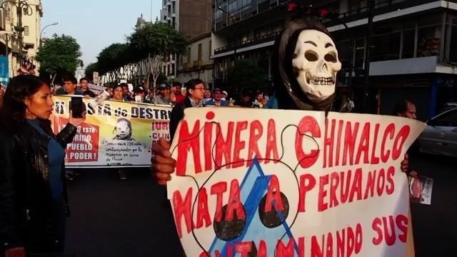 Para penambang dan pekerja lainnya menggelar demo yang dilakukan di sepanjang jalan kota Lima.