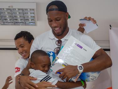 Keceriaan Anak-Anak Kolombia Saat Bermain dengan Didier Drogba