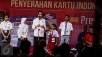 Sejumlah siswa naik ke panggung untuk menjawab pertanyaan yang diajukan oleh Presiden Jokowi saat  acara Penyerahan Kartu Indonesia Pintar di SMPN 2, Ambon, Maluku, (8/2). (Liputan6.com/Faizal Fanani)