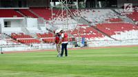 Pekerja mengecek rumput lapangan di Stadion Utama GBK, Jakarta, Selasa (3/10). Sejumlah pembangunan Infastruktur Asian Games dipastikan akan selesai sesuai dengan target pemerintah, yaitu akhir tahun 2017. (Liputan6.com/Helmi Fithriansyah)