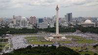 Massa demo 2 Desember memenuhi kawasan Monumen Nasional (Monas), Jakarta Pusat, Jumat (2/12). Aksi untuk menuntut ditangkapnya Gubernur DKI Jakarta nonaktif Basuki Tjahaja Purnama atas dugaan penistaan agama. (Liputan6.com/Ferbian Pradolo)