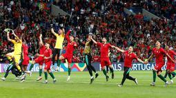 Para pemain Portugal berlari menyapa fans saat berselebrasi usai pertandingan melawan Belanda pada babak final Piala UEFA Nations League di Estadio do Dragao, Porto (10/6/2019). Portugal berhasil mengalahkan Belanda 1-0, berkat gol Goncalo Guedes. (AP Photo/Armando Franca)