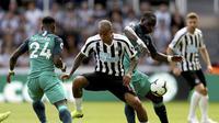 Bek Newcastlet United Kenedy berebut bola dengan bek Tottenham Hotspur Serge Aurier dan Moussa Sissoko dalam laga perdana Liga Inggris 2018-19 di St James Pak, Sabtu (11/8/2018) malam WIB. Spurs menang 2-1. (Owen Humphreys/PA via AP)