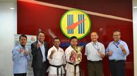 Perusahaan pemilik Barito Putera, Hasnur Group, memberikan apresiasi terhadap atlet karate, Fauzan Noor, berupa beasiswa dan jaminan bekerja. (Instagram/@psbaritoputeraofficial)
