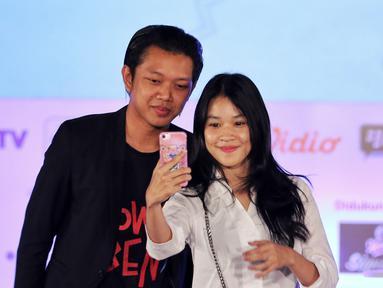 Creativepreneur  yang juga aktor Bayu Skak (kiri) foto dengan peserta saat menjadi pembicara Emtek Goes To Campus (EGTC) 2018 di Universitas Muhammadiyah Malang (UMM), Rabu (26/9). (Liputan6.com/JohanTallo)