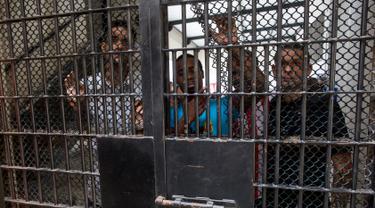 Sejumlah tahanan berada dibalik jeruji besi di penjara Piedras Gordas II di Lima, Peru, (15/3). Sebanyak 31 warga Spanyol yang ditahan karena narkoba kini tinggal menunggu waktu untuk dibebaskan dan dipulangkan. (AP Photo/Rodrigo Abd)