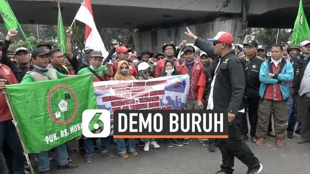 Ribuan buruh turun ke jalan Gatot Subroto menuju gedung DPR RI. Mereka gelar unjuk rasa dengan membawa sejumlah tuntutan.