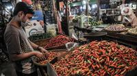 Pedagang merapikan cabai rawit merah yang dijual di Pasar Senen, Jakarta, Kamis (4/3/2021). Naiknya harga cabai rawit merah di pasaran saat ini disebabkan oleh produksi yang sangat rendah sehingga pasokan di pasaran tidak bisa memenuhi tingginya permintaan. (merdeka.com/Iqbal S. Nugroho)