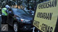 Petugas Kepolisian melakukan penilangan kepada pelanggar ganjil genap di Bundaran HI, Jakarta, Selasa (30/8). Sejumlah kendaraan masih didapati melanggar aturan ganjil genap yang telah resmi diberlakukan. (Liputan6.com/Yoppy Renato)
