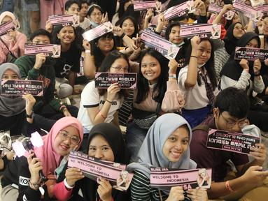 Fans BLACKPINK menunjukkan tiket Meet Lisa from BLACKPINK di Kota Kasablanka, Jakarta, Kamis (9/8). Kedatangan Lisa BLACKPINK ke Indonesia sudah ditunggu-tunggu oleh para fans. (Liputan6.com/Herman Zakharia)