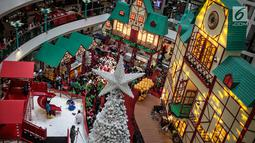 Suasana nuansa Natal di Mal Ciputra, Jakarta Barat, Jumat (14/12). Jelang perayaan Natal 2018 sejumlah mal di Jakarta mendekor bernuansa Natal agar menjadi daya tarik para pengunjung mal. (Liputan6.com/Faizal Fanani)
