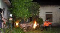 Tim gabungan Polres, BPBD, dan Damkar membasmi sarang tawon berukuran sebesar bola basket di Kampung/Kelurahan Plumbungan, Karangmalang, Sragen, Selasa (4/12 - 2018) malam. (Solopos/Tri Rahayu)