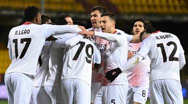 Para pemain AC Milan merayakan gol pertama ke gawang Benevento yang dibuat gelandang Franck Kessie (79) dalam laga lanjutan Liga Italia 2020/21 pekan ke-15 di Ciro-Vigorito, Minggu (3/1/2021). AC Milan menang 2-0 atas Benevento. (AFP/Andreas Solaro)