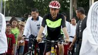 Presiden RI, Joko Widodo bersepeda di Hari Bebas Kendaraan Bermotor, Jakrta, Minggu (11/1/2015). Tak jarang Presiden Jokowi berjalan kaki atau bersepeda saat Car Free Day yang diadakan di Jalan Sudirman-Thamrin. (Liputan6.com/Faizal Fanani)