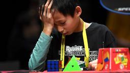 Ekspresi seorang anak saat mengikuti kejuaraan kubus Rubik Dunia di Melbourne, Australia (12/7/2019). Kejuaraan Dunia diadakan setiap dua tahun dan telah menarik 905 pesaing dari seluruh dunia yang bersaing dalam 18 acara yang berbeda. (AFP Photo/William West)