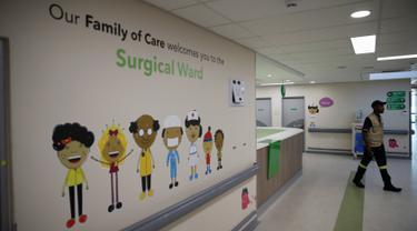 Seorang pekerja berjalan di salah satu bangsal Rumah Sakit Anak Nelson Mandela di Johannesburg, Afrika Selatan, Jumat (2/12). Rumah sakit yang dibangun dengan fasilitas sangat lengkap ini akhirnya resmi dibuka. (REUTERS/Siphiwe Sibeko)