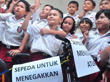 Daffa Farros Oktoviarto mendapat penghargaan dan sepeda gunung dari Wali Kota Semarang Hendrar Prihadi, di SD Kalibanteng 01, Semarang, (20/4).Daffa menjadi perbincangan karena aksi heroiknya menghadang pengendara yang melintas di trotoar. (Foto: Gholib)