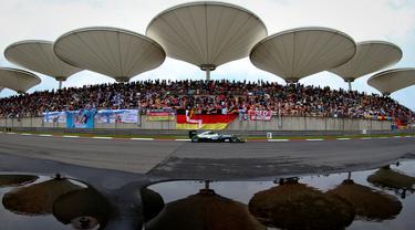 Pebalap Mercedes, Nico Rosberg, beraksi dalam sesi kualifikasi F1 GP China di Sirkuit Internasional Shanghai, China, (16/4/2016). (EPA/Diego Azubel)