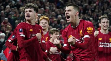 Pemain Liverpool Curtis Jones (kanan) dan Neco Williams merayakan gol bunuh diri pemain Shrewsbury Town Ro-Shaun Williams pada pertandingan ulang babak keempat Piala FA di Anfield Stadium, Liverpool, Inggris, Selasa (4/2/2020). Liverpool menang 1-0. (AP Photo/Jon Super)