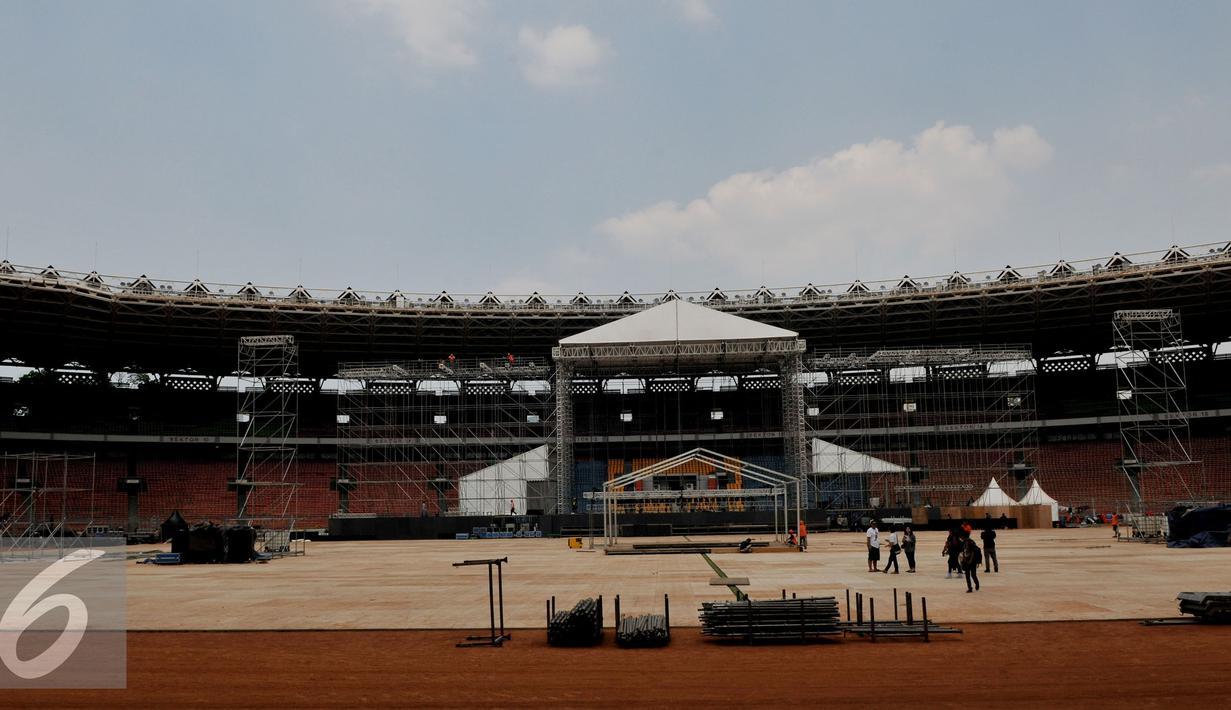 Bentuk panggung konser bertajuk 'Bon Jovi Live Jakarta' di bagian sisi stadion Gelora Bungkarno, Jakarta, Minggu (6/9/2015). Band Rock asal Amerika Serikat ini akan tampil di Jakarta pada Jumat 11 September mendatang. (Liputan6.com/Johan Tallo)