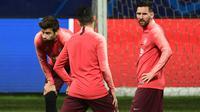 Pemain Barcelona, Gerard Pique dan Lionel Messi (kanan) tampil dalam sesi latihan di stadion San Siro, Senin (5/11). Lionel Messi dimasukkan dalam skuat untuk pertandingan Liga Champions melawan Inter Milan pada Rabu (7/11) dini hari. (Miguel MEDINA/AFP)