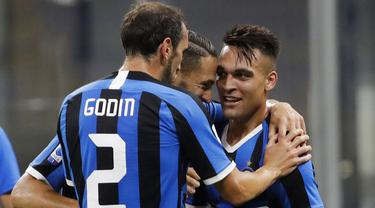 Para pemain Inter Milan merayakan gol yang dicetak oleh Lautaro Martinez ke gawang Torino pada laga Serie A di Stadion Giuseppe Meazza, Senin (13/7/2020). Inter Milan menang 3-1 atas Torino. (AP Photo/Luca Bruno)