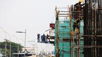 Pekerja menyelesaikan proyek pembangunan gedung dan jalan di Jakarta, Sabtu (10/11). Kementerian Pekerjaan Umum dan Perumahan Rakyat (PUPR) mensertifikasi 3.255 tenaga kerja konstruksi. (Merdeka.com/Imam Buhori)