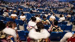 "Wanita berusia 20 tahun mengenakan kimono menghadiri upacara perayaan ""Coming-of-Age Day"" di Yokohama Arena di Yokohama (11/1/2021). Hari ini Senin (11/1/2021) adalah hari libur di Jepang, Seijin no Hi atau hari kedewasaan. (AFP/Philip Fong)"