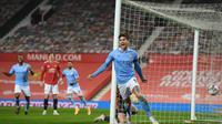 John Stones saat mencetak gol ke gawang Manchester United. Manchester City menang pada pertemuan kedua tim di semifinal Carabao  Cup, Kamis dini hari WIB. (AFP)