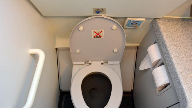 Ilustrasi toilet di pesawat (iStock)