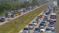 Mobil pemudik memadati dua ruas Jalan Tol Cikopo Palimanan (Cipali) pada Km 187 sebelum pintu keluar Gerbang Tol Cipali, Cirebon, Jawa Barat, Sabtu (1/6/2019). Memasuki H-4 Lebaran, kepadatan terjadi di ruas Tol Cipali di Km 73 sampai dengan Km 78 dan Km 86. (Liputan6.com/Herman Zakharia)
