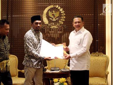 Ketua DPR Bambang Soesatyo (kanan) foto bersama musisi Glenn Fredly (dua kanan) dan anggota Komisi X Anang Hermansyah (dua kiri) usai pertemuan di Ruang Pimpinan DPR Gedung Nusantara III, Jakarta, Rabu (4/4). (Liputan6.com/Johan Tallo)