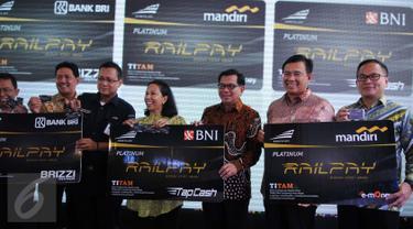 Menteri BUMN Rini Soemarno bersama Direksi BNI, Bank Mandiri, dan BRI serta Direksi PT KAI saat peluncuran produk baru berupa kartu pembayaran dan membership bernama Railpay di Stasiun Juanda, Jakarta, Senin (19/12). (Liputan6.com/Gempur M Surya)