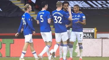 Pemain Everton Richarlison (kanan) mendapat selamat dari rekan setimnya usai mencetak gol ke gawang Sheffield United pada pertandingan Premier League di Bramall Lane, Sheffield, Inggris, Senin (20/7/2020). Everton menang 1-0. (AP Photo/Peter Powell, Pool)