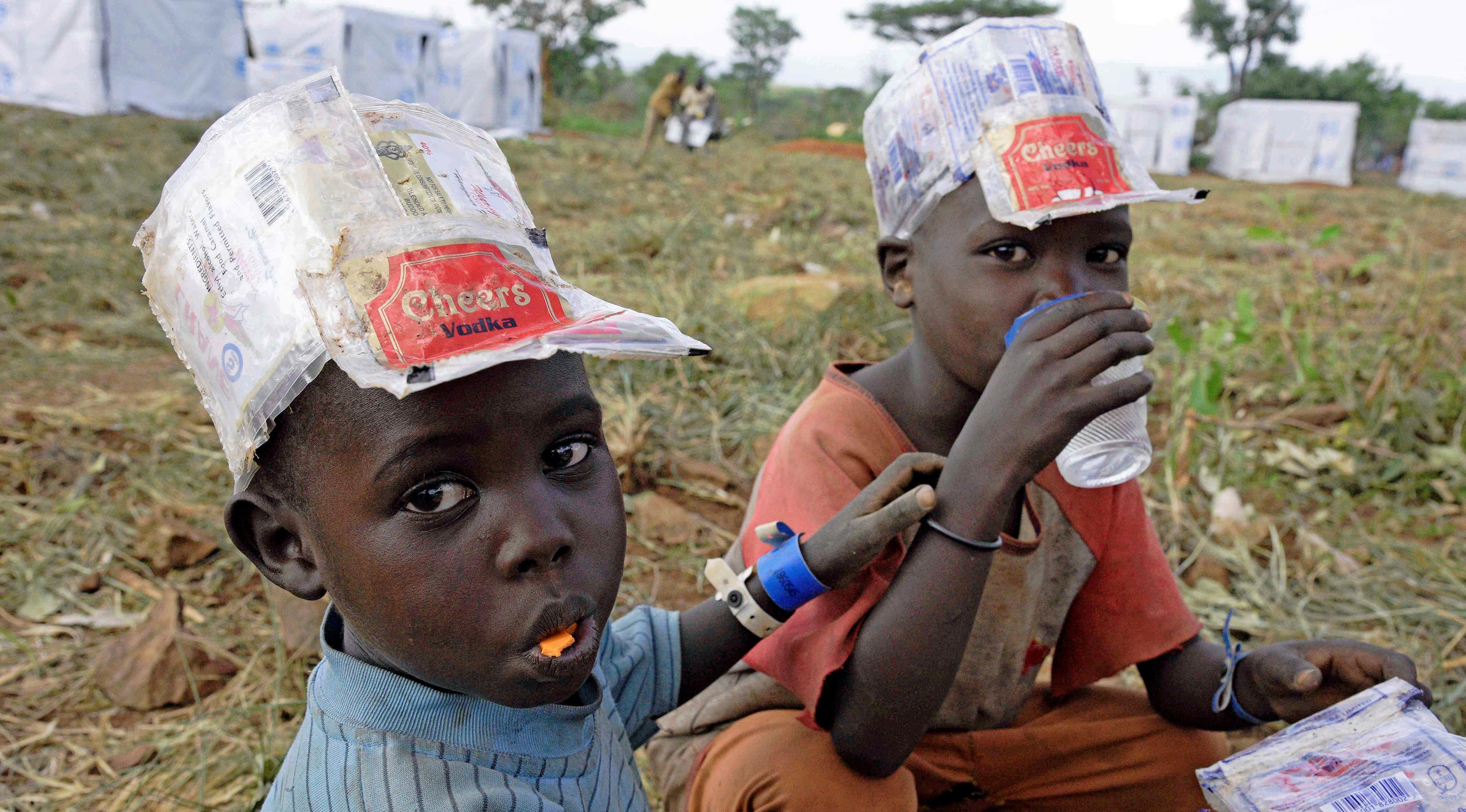 Pengungsi anak-anak baru tiba dari Sudan Selatan di Pos Perbatasan Ngomoromo, Uganda, Senin (10/4). Pertempuran antara pemerintah Sudan Selatan dan pemberontak telah menewaskan sekitar 10 ribu penduduk. (AFP PHOTO / ISAAC KASAMANI)