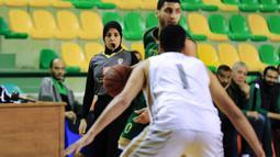 Sarah Gamal telah berpengalaman memimpin pertandingan bola basket untuk tingkat Piala Dunia Remaja FIBA tahun 2018 di Belarusia dan Kejuaraan Wanita Afrika tahun 2017. (AFP/Hazem Gouda)