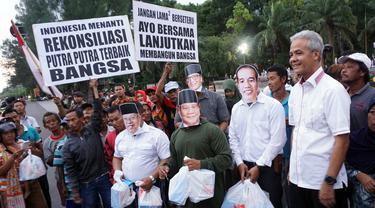 Jokowi dan Prabowo Bagikan Takjil di Solo