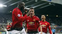 Striker Manchester United, Romelu Lukaku, merayakan gol yang dicetaknya ke gawang Newcastle pada laga Premier League di Stadion St James Park, Newcastle, Rabu (2/1). Newcastle kalah 0-2 dari MU. (AP/Owen Humphreys)