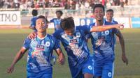 Striker PSCS Cilacap, Syaiful Bahri (kiri) bersama rekan-rekannya merayakan gol yang dicetak ke gawang Persita Tangerang di Stadion Wijayakusuma, Cilacap, Kamis (27/6/2019). (Bola.com/Vincentius Atmaja).