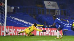 Penyerang Chelsea, Tammy Abraham, saat mencetak gol ke gawang Rennes pada laga lanjutan Liga Champions 2020/2021 di Stadion Stamford Bridge, Kamis (5/11/2020) dini hari WIB. Chelsea menang 3-0 atas Rennes. (Dylan Martinez/Pool via AP)