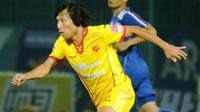 Gelandang andalan Sriwijaya FC, Asri Akbar, cedera di laga kontra Persela Lamongan (9/9/2015). (Bola.com/Kevin Setiawan)