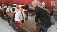 Seorang ibu mendampingi anaknya saat hari pertama masuk sekolah di SDN Cinere 1, Depok, Jawa Barat, Senin (15/7/2019). Seluruh siswa SD, SMP dan SMA, pada hari ini mulai masuk sekolah pada tahun ajaran baru 2019/2020. (merdeka.com/Arie Basuki)