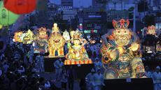 Sejumlah lampion berbentuk tokoh legenda setempat diarak saat Lotus Lantern Festival di Seoul, Korea Selatan, Sabtu (29/4). Parade ini bagian dari jelang perayaan ulang tahun Buddha yang jatuh pada 3 Mei 2017. (AP Photo / Lee Jin-man)