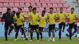 Para pemain Thailand melakukan pemanasan saat latihan di Stadion Rajamangala, Bangkok, Jumat (16/11). Latihan ini persiapan jelang laga Piala AFF 2018 melawan Timnas Indonesia. (Bola.com/M. Iqbal Ichsan)