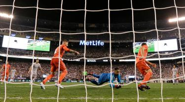 Kiper Real Madrid, Keylor Navas (tengah) mendekap bola saat bertanding melawan AS Roma dalam International Champions Cup (ICC) di New Jersey, Amerika Serikat, Selasa (7/8). Real Madrid menang 2-1. (AP Photo/Julio Cortez)