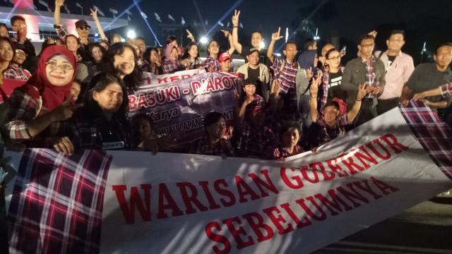 Sekelompok orang menghadiri peresmian Taman Lapangan Banteng dan mengelukan Ahok (Liputan6.com/Delvira)